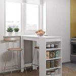 Mesa alta de cocina moderna. Cuenta con estantes laterales
